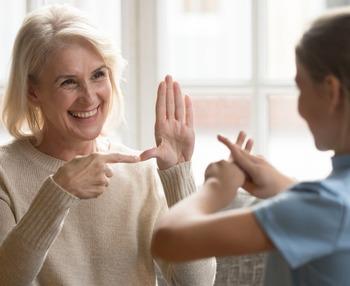 Cómo comunicarse con una persona mayor con sordera