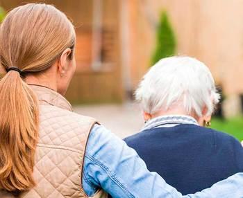 Cómo cuidar a una persona mayor: todo lo que debes saber