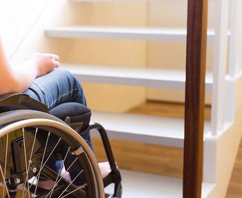 Cómo subir a una persona en silla de ruedas por una escalera