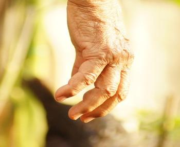 Temblores en personas mayores: causas, tratamientos y cuándo pedir ayuda