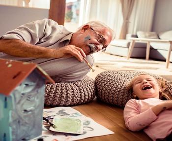 Personas mayores en casa, qué hacer para no aburrirse